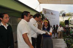 """Durante la inauguración de aulas tecnológicas de la Escuela Secundaria General No. 4 """"David Alfaro Siqueiros"""", el gobernador hizo entrega de apoyos a la escuela y a los alumnos destacados"""