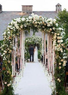 cérémonie laïque en plein air, arche fleurie mariage