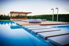 This beautiful pool wood terrace of modern style was designed by Alessandro Isola for the exterior decoration of a vineyard located in Northern Italy. Outdoor Pool, Outdoor Spaces, Outdoor Living, Outdoor Decor, Moderne Pools, Diy Terrasse, Pergola Attached To House, Exterior Lighting, Interior Exterior