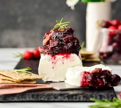 BALSAMIC, MAPLE & CRANBERRY GOAT CHEESE APPETIZER WITH CINNAMON TOASTED PECANS