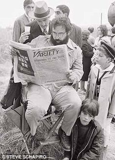 Coppola and De Niro reading the newspaper
