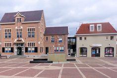 In het voormalige raadhuis van Vriezenveen is nu het Museum Oud Vriezenveen gevestigd. Het tweebeukige pand stamt uit 1905 en staat op de plek van een eerder dat jaar tijdens een dorpsbrand verwoeste voorganger. Het stadhuis bood destijds tevens onderdak aan de lagere school.