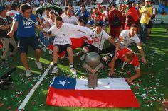14 de Octubre de 2012/CAPITAL FEDERAL MEXICO   Jugadores de Chile con el trofeo de campeon durante las finales de la Homeless World Cup 2012 en el Zocalo capitalino el 14 de octubre de 2012 en el Distrito Federal, Mexico. (Foto: Daniel Cardenas/AGENCIAUNO via JAM MEDIA)