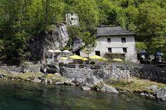 Les 10 meilleurs grotti d'Ascona-Locarno Table En Granit, Les Cascades, Beaux Villages, Le Moulin, Switzerland, Mansions, House Styles, Channel, Food Hacks