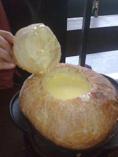 FONDUE LA PAGESA-Se trata de una fondue de queso, los 3 quesos de la fondue suiza, dentro de una pan de payes, vino blanco seco, kirchs, daditos de pan tostado y jamon de pato.