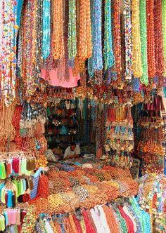 Marrakesh Market, Morocco..des tissus fou fou fou .......