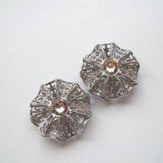 お花の透かしパーツを組み合わせて、立体的な円盤型のパーツを作りました。正面から見ると、絞り出しクッキーのようにも見えます。... Diamond Earrings, Stud Earrings, Jewelry, Jewlery, Jewerly, Stud Earring, Schmuck, Jewels, Jewelery