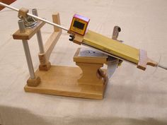 Homemade sharpening jig (can& find the original post, just this picture) Knife Grinding Jig, Knife Grinder, Belt Grinder, Global Knives, Global Knife Set, Blacksmithing Knives, Knife Making Tools, Diy Knife, Blade Sharpening