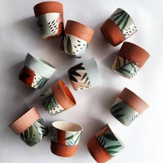 Pottery Painting Designs, Pottery Designs, Pottery Art, Painted Plant Pots, Painted Flower Pots, Ceramic Cafe, Ceramic Mugs, Clay Pots, Plant Decor
