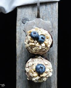 Banane-Heidelbeer Frühstückscupcakes, mit Schoko-Créme fraîche und Müsli Topping LAKTOSEFREI *Hummelsüß*