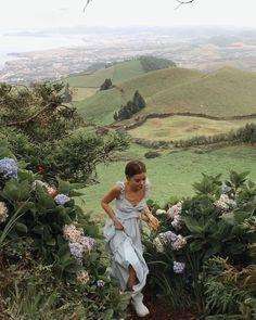 Mountain hills flowers aesthetic photo shoot model travel around the world Summer Aesthetic, Aesthetic Girl, Nature Aesthetic, Aesthetic Beauty, Flower Aesthetic, Travel Aesthetic, Aesthetic Photo, Aesthetic Fashion, Jolie Photo