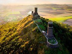 Kudy z nudy - Hrad Hazmburk - perla Českého středohoří Chateau Medieval, Warwick Castle, Castle Pictures, Mountain City, Fairytale Castle, Castle House, Beautiful Castles, Windsor Castle, Tower Of London