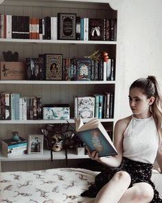 いいね!2,024件、コメント69件 ― m a r t i n aさん(@foldedcorners)のInstagramアカウント: 「QOTD: if you had/have an at-home library, how would you organise it? By author name? Genre?…」