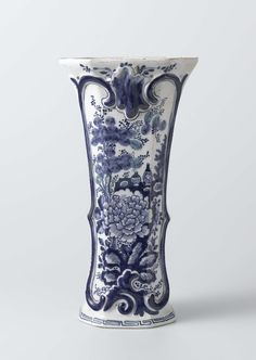 De Klaauw | Two beaker vases and a vase, part of a garniture, De Klaauw, Lambertus Sanderus, 1760 - 1800 | Vaas van faience. Blauw beschilderd met bloemendecoraties.