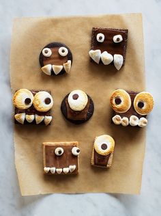 Make one of these festive Halloween snacks for your kids this year. They're bound to be a perfectly sweet ending to any Halloween party! Halloween Desserts, Décoration Table Halloween, Halloween Party Snacks, Halloween Treats For Kids, Easy Halloween, Holiday Treats, Holiday Fun, Spooky Treats, Halloween Brownies