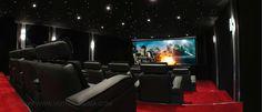 Cinéma privé de 65 m2 à Paris créé par VOTRE CINEMA. L'écran est au format 2:35 cinémascope, équipé d'une toile trans-sonore compatible 4K et fait 468cm de base d'image. Le cadre est même cintré et sa courbe est rétro éclairée par l'arrière pour la mettre en valeur. Quant à l'image, elle provient d'un vidéoprojecteur 4K Ultra HD de 5000 lumens.