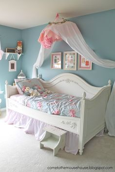 Shabby chic bedroom decor brings a romantic and nostalgic touch of the past days and eras. You do not need to spend a fortune to create a shabby chic atmosphere. Big Girl Bedrooms, Shabby Chic Bedrooms, Little Girl Rooms, Shabby Chic Furniture, Shabby Chic Decor, Girls Bedroom, Bedroom Decor, Bedroom Ideas, Girls Canopy