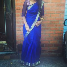 Such a simple look yet stands out! Beautiful plain blue saree/gold border with a printed blouse and net sleeves