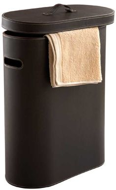 Die exklusive ovale Wäschetonne ist aus hochwertigen synthetischen Leder gefertigt. Mit der edlen Lederoptik in braun wird das moderne Accessoire zum Hingucker in jedem Bad. In dem Wäschebehälter finden dekorativ 75 Liter Wäsche Platz bis zum nächsten Waschgang.