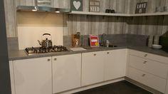 Collorz aluminium spatwand in RAL9001 cremewit. Te zien in de showroom van Keukensale in Delft.