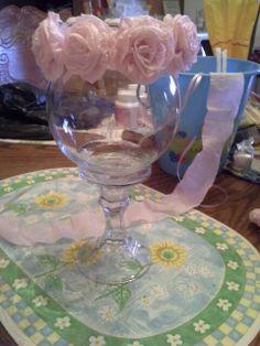 Flores de papel y dos piezas de cristal de la tienda de dolar como  centro de mesa.