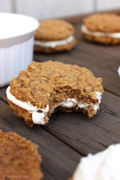 Vegan Oatmeal Cream Pies A layer of creamy vanilla filling sandwiched between two soft-baked oatmeal cookies, reminiscent of the Little Debbie's treats we all know and love. This is one vegan indulgence you absolutely must try! Healthy Vegan Dessert, Vegan Dessert Recipes, Vegan Treats, Vegan Foods, Vegan Snacks, Vegan Dishes, Dairy Free Recipes, Whole Food Recipes, Gluten Free