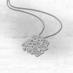 Hortensia pendant in 18-carat white gold and diamonds.