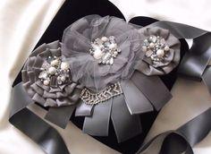 Dédouanement, en stock, un dernier, Vintage gris Sash, fleur Sash, ceinture strass en cristal, perles, bouton, gris de grande ceinture, charbon de bois fleur gris