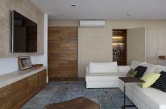 Decoração de: Sala de televisão; tapete texturizado azul; Casa de Valentina