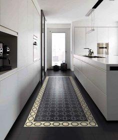 une-cuisine-en-longueur-avec-carrelage-comme-un-tapis. Küchen Design, Floor Design, House Design, Tile Design, Interior Design Kitchen, Interior Decorating, Cuisines Design, Kitchen Flooring, Kitchen Tiles