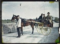 These images, which represent the first ever colour photographs taken in Ireland, were taken in 1913 by two French women, Marguerite Mespou. First Color Photograph, Galway Girl, Small Fishing Boats, Visit Dublin, Portraits, Connemara, Irish Traditions, Historical Pictures, Old Pictures