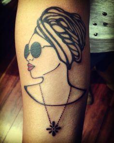 E não é que minha neguinha ganhou batom vermei?! 🙅🏾❤️🌷 Ah como gosto desse desenho e da criatura que carrega ele no braço 😊 Sou sortuda mesmo na arte do encontro✨ adorei te rever @_larylarye #ink #tattoo #tattoorio #blackworktattoo #blxckink...
