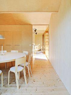 Tukholman saaristossa sijaitseva moderni kesäasunto on suunniteltu luonnon ehdoilla.