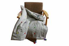 narzuta lniana z szarego lnu, lniany comforter z pomponikami - dom artystyczny patchwork patchworki wystrój wnętrz tkaniny