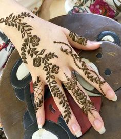 Arabic Henna Design For Trendy Girls Arabic Henna Designs, Mehndi Designs For Girls, Beautiful Henna Designs, Latest Mehndi Designs, Simple Mehndi Designs, Mehndi Style, Mehndi Art, Henna Art, Mehendi