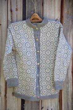 Livs Lyst: *MEDALJE* med oppskrift! Easy Knitting Patterns, Knitting Stitches, Free Knitting, Norwegian Knitting, Fair Isle Knitting, Scarf Design, Knitting For Beginners, Vintage Knitting, Knit Cardigan