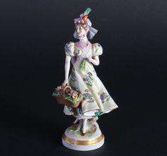 Aelteste Volkstedt Thüringen Porzellanfigur handbemalt Frau mit Korb