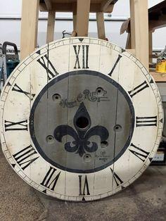 Wooden Cable Spools, Wood Spool, Rustic Clocks, Wood Clocks, Wooden Spool Projects, Clocks Inspiration, Pallet Wall Art, Pallet Designs, Tic Toc
