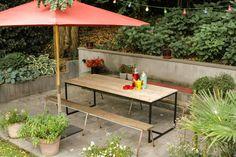 Een bijzondere tafel voor buiten...van steigerhout in combinatie met staal. Een mooie industriele look! Dat wordt genieten in de zon! Het staal is voorzien van