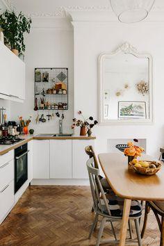 Décoration de la cuisine Victorian Townhouse, Victorian Homes, Kitchen Interior, Kitchen Decor, Kitchen Design, Ikea Hacks, Kitchen With High Ceilings, Lovely Apartments, L Shaped Kitchen