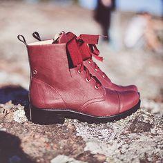 A bota mais amada da temporada para deixar os looks bem quentionhos e confortáveis #shoes #boots #winter #petitejolie #fashion