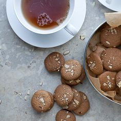 SITE FILLED WITH LOVELY GLUTEN FREE RECIPES - PALEO Amaretti cookies