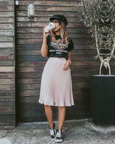 30 Comfy Spring Outfits For Your Everyday Look - fashion - Jupe Look Fashion, Fashion Models, Spring Fashion, Classy Fashion, Fashion Trends, Child Fashion, Fashion Guide, Fashion Websites, Winter Fashion