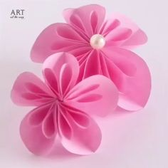 Paper Craft-Flower Paper Craft-FlowerYou can find Paper flower tutorial and more on our website. Folded Paper Flowers, Paper Flowers Craft, Paper Crafts Origami, Paper Flower Wall, Paper Flower Backdrop, Giant Paper Flowers, Flower Crafts, Diy Flowers, Handmade Paper Flowers