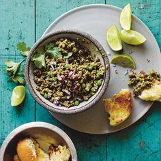 Keema (het lamsgehakt) wordt goed gekruid, verrijkt met doperwten en geserveerd met pau (verse zachte broodjes). #lam #vlees #lamsvlees #brood #dowperwten #pau #broodjes #hoofdgerecht #foodandfriends #kruiden #india #indiaas #kruidig #spices Beef Recipes, Vegan Recipes, Family Kitchen, Recipe For Mom, Kitchen Recipes, Acai Bowl, India, Cooking, Breakfast