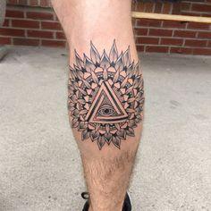 tattoo an der wade, bein tattoo, auge der vorsehung, allsehenedes auge, tattoo motive fuer maenner