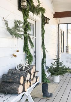 Lovely Scandinavian Christmas porch and entryway decor! Simplify your Christmas decor this year! Check out the elements of Scandinavian Christmas decor! Christmas Entryway, Rustic Christmas, Christmas Home, Christmas Lights, Christmas Wreaths, Hygge Christmas, Natural Christmas, Primitive Christmas, Holiday Lights