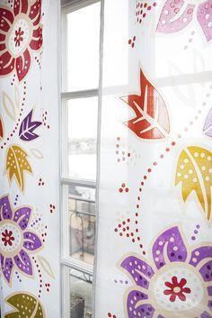 """Herbst / Winter 2012 - Gardinen 'Yoko' aus Baumwollorgandy: Die multicolor Schiebegardinen mit dem geblümten Muster """"Yoko"""" sind zu 100% aus Baumwolle und durch die Bändchen oben im Handumdrehen aufgehängt."""
