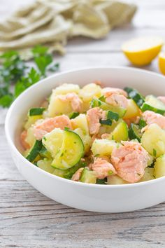 Potato salad with salmon and zucchini, simple and tasty recipe - Healthy Recipes Good Food, Yummy Food, Salty Foods, Cooking Recipes, Healthy Recipes, Food Humor, Light Recipes, Diy Food, Italian Recipes
