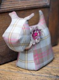 Doggy door stop...inspiration. Use free Scottie Dog tutorial, leave without cut-out legs (like this)...so cute!